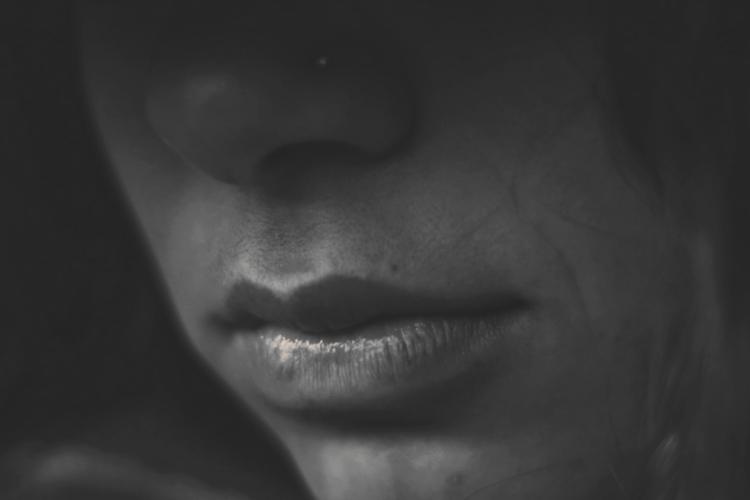 Imagen de persona en la oscuridad, el Cáncer Oral puede afectar a todos